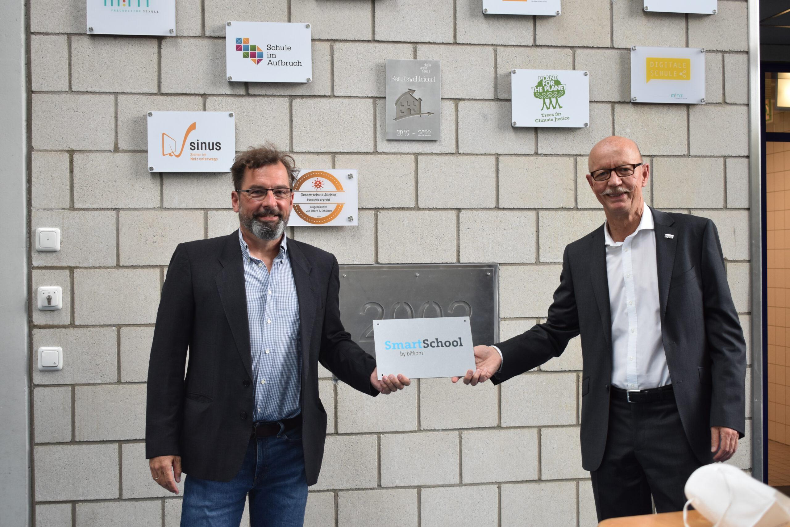 """Gesamtschule Jüchen erhält Auszeichnung """"smart-school by bitcom""""!"""