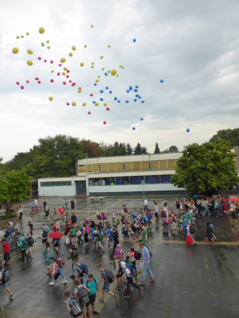 Schulstart für 110 Fünftklässler und 14 neue Lehrerinnen und Lehrer an der Gesamtschule Jüchen